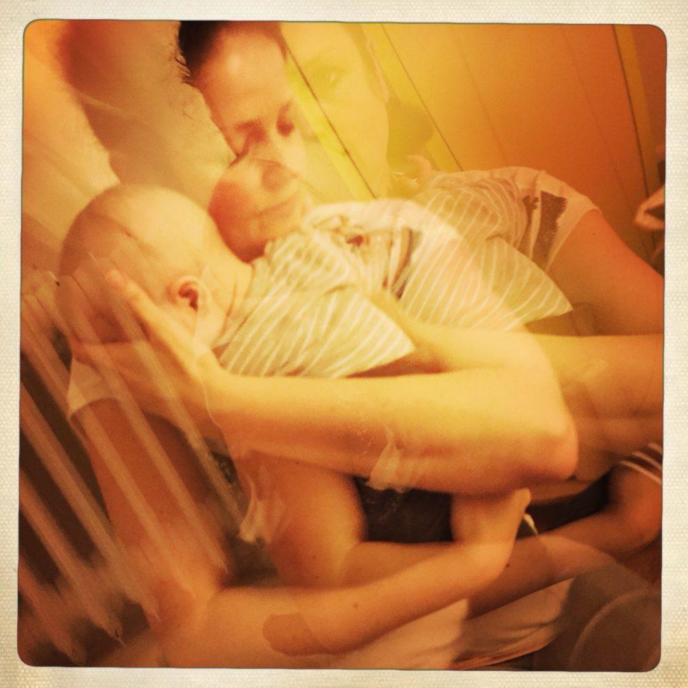 Ein schwerer Weg: Physiotherapie für Eleni. Leben mit Down-Syndrom.