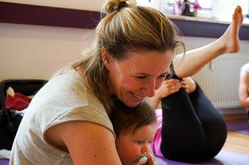 Sonja Rakow Yoga Pingu Kinder Mama Mamablog Mutter Eltern Kinderkurs Baby Säugling Babykurs Pekip Kiel MutterKutter Yoga mit Kind